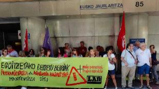 Delegados sindicales y militantes de LAB frente al edificio del Gobierno vasco de Bilbao.