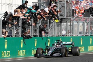Hamilton, recibido por su equipo, en la meta de Hungaroring.