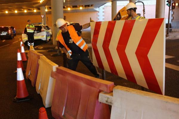 Obreros cortando el tráfico en el túnel de Bailén por la reforma de Plaza España