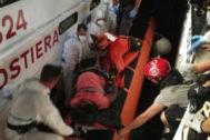 Momento en que la Guardia Costera italiana evacúa a una de las embarazadas rescatadas por Open Arms.
