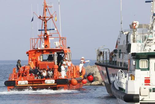Salvamento Marítimo traslada a inmigrantes al puerto de Almería