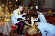 Maha Vajiralongkorn, rey de Tailandia, siendo venerado.