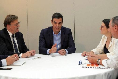 Pedro Sánchez, al frente de la mesa de negociación con Compromís