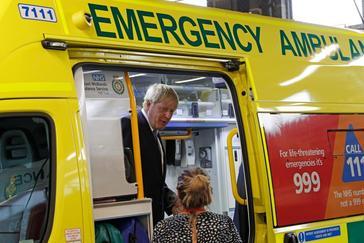 El primer ministro británico, Boris Johnson, inspecciona una ambulancia, durante su visita a un hospital en Boston, al este de Reino Unido.