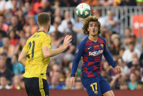 TOPSHOT - Barcelona's French forward Antoine <HIT>Griezmann</HIT> vies (R) with Arsenal's English defender Calum Chambers during the 54th Joan Gamper Trophy friendly football match between Barcelona and Arsenal at the Camp Nou stadium in Barcelona on August 4, 2019. (Photo by Josep LAGO / AFP)