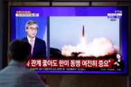 Un surcoreano observa en la televisión el lanzamiento de un misil norcoreano.