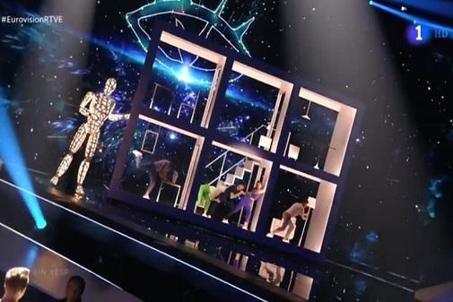 Actuación de Miki en Eurovisión 2019 con Paco en el escenario