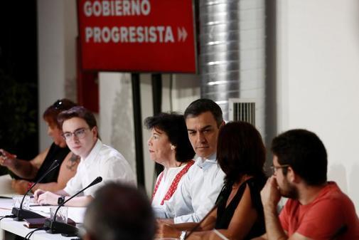 Pedro Sánchez e Isabel Celaá, durante su reunión con asociaciones...