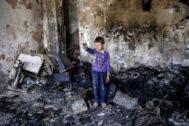 -FOTODELDIA- EPA1809. <HIT>KABUL</HIT> (AFGANISTÁN).- Un niño afgano permanece en pie en su antigua habitación, un día después de acabar destrozada en el ataque contra las oficinas de Amrullah Saleh, compañero de candidatura del presidente afgano, Ashraf Ghani, este lunes, en <HIT>Kabul</HIT> (Afganistán). El atentado contra las oficinas de Saleh, provocó la muerte de 16 civiles, cuatro miembros de las fuerzas de seguridad, y la de los cuatro atacantes. Además, otras 50 personas resultaron heridas en el incidente y las fuerzas de seguridad rescataron a 150 personas que quedaron atrapadas en el edificio durante el asalto.