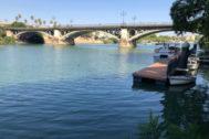El río Guadalquivir con el puente de Triana al fondo.