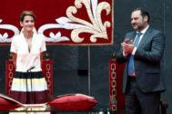 José Luis Ábalos aplaude a la socialista María Chivite durante el acto de su investidura como presidenta del Gobierno de Navarra.