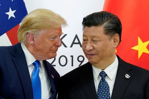 El presidente de EEUU, Donald Trump, junto a Xi Jinping, presidente de...