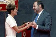 José Luis Ábalos saluda a María Chivite durante su toma de posesión como presidenta de Navarra