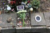 Aspecto en que ha quedado la tumba de Ian Curtis.