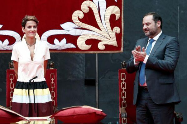 El ministro de Fomento, José Luis Ábalos, aplaude a la socialista...