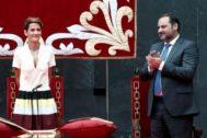 El ministro de Fomento, José Luis Ábalos, aplaude a la socialista María Chivite durante el acto de su investidura como presidenta del Gobierno de Navarra.