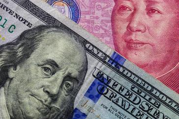 Un dolar americano y un Yuan.