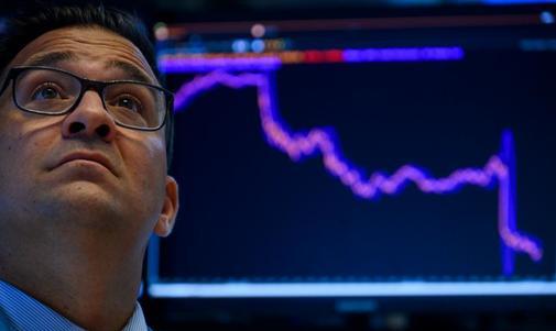 Un trader estadounidense ante un chart con la caída de la Bolsa el...