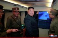El líder norcoreano Kim Jong Un  durante unas pruebas militares.