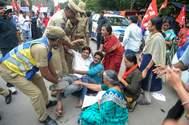 La policía detiene a miembros del Partido Comunista durante las protestas en Hyderabad, en el sureste de India.