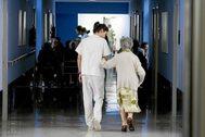 Una trabajadora de la residencia de Gurena de Loiu acompaña a una anciana.