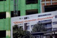 Carteles de venta de viviendas en Madrid.