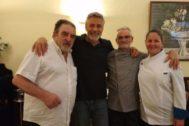 Imagen publicada por el periodista Juan Carlos Xuancar del actor George Clooney junto al equipo del restaurante El Coto de Antonio