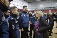 La ex alcaldesa Manuela Carmena, con agentes de la Policía Municipal.
