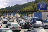 Retenciones de coches en el peaje de Biriatu, en la frontera con Francia.