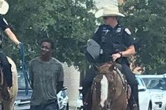 Indignación por la imagen de un hombre negro detenido por policías a caballo