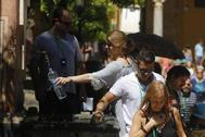 Turistas cogen agua en las fuentes del Patio de los Naranjos de la Mezquita-Catedral de Córdoba.
