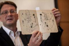 El conservador de la Colección de Humanidades de la Biblioteca Nacional de Israel, Stefan Litt, muestra el último lote de documentos de Max Brod y Franz Kafka.
