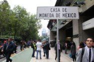 Señal que muestra la ubicación de la Casa de la Moneda, en Ciudad de México.