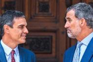 Pedro Sánchez, con Felipe VI, durante su visita en Palma