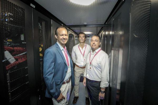 Rafael Vidal, Francisco Gavilán y AntonioReinón posan ayer en uno de los pasillos del data center que Nunsys tiene en Paterna.