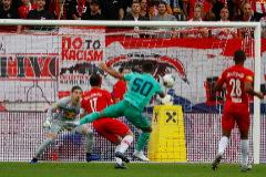 Hazard anota el gol del triunfo en Salzburgo.