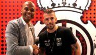 Aleksandar Trajkovski dándole la mano a Maheta Molango tras firmar ayer su contrato.