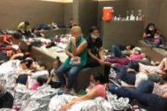Condiciones de hacinamiento en un centro fronterizo en Weslaco, Texas (EEUU).