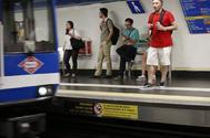 Usuarios de Metro esperan un tren en la estación de Pacífico.