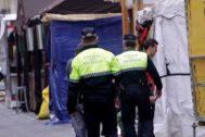 Policías locales de Valencia patrullan la calle.