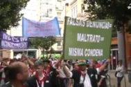 Miembros de Mozkorraldi portando pancartas cuestionando las denuncias por violencia machista.
