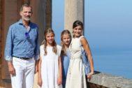 Los reyes y sus hijas durante su visita al museo en Deyá, Mallorca