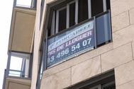 Un cartel anunciando un piso de alquiler en Cataluña.
