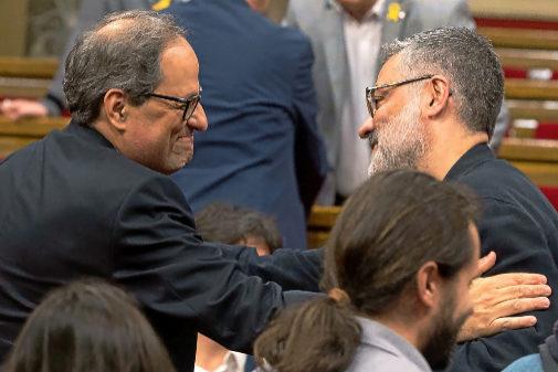 Quim Torra saluda al diputado de la CUP, Carles Riera
