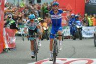 Enric Mas celebra su victoria de etapa en la pasada Vuelta.