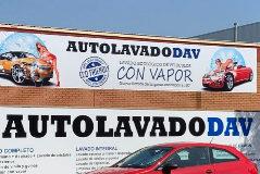 Alcalá de Henares denuncia a la Fiscalía el cartel sexista de un lavadero de coches