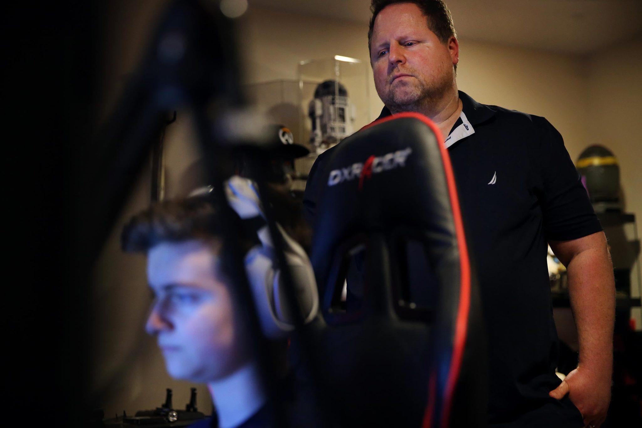 David observa a su hijo mientras éste juega una partida.