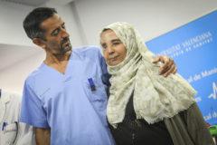 Pedro Cavadas junto a Samira Benhar, una mujer afectada por una severa deformidad debida a un tumor facial, a la que le reconstruyó el rostro.