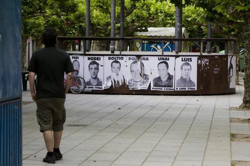 Carteles de presos de ETA colgados en una plaza del pueblo navarro de...