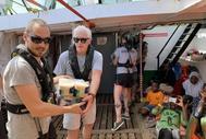 El actor Richard Gere entrega víveres a los inmigrantes rescatados en el Open Arms.